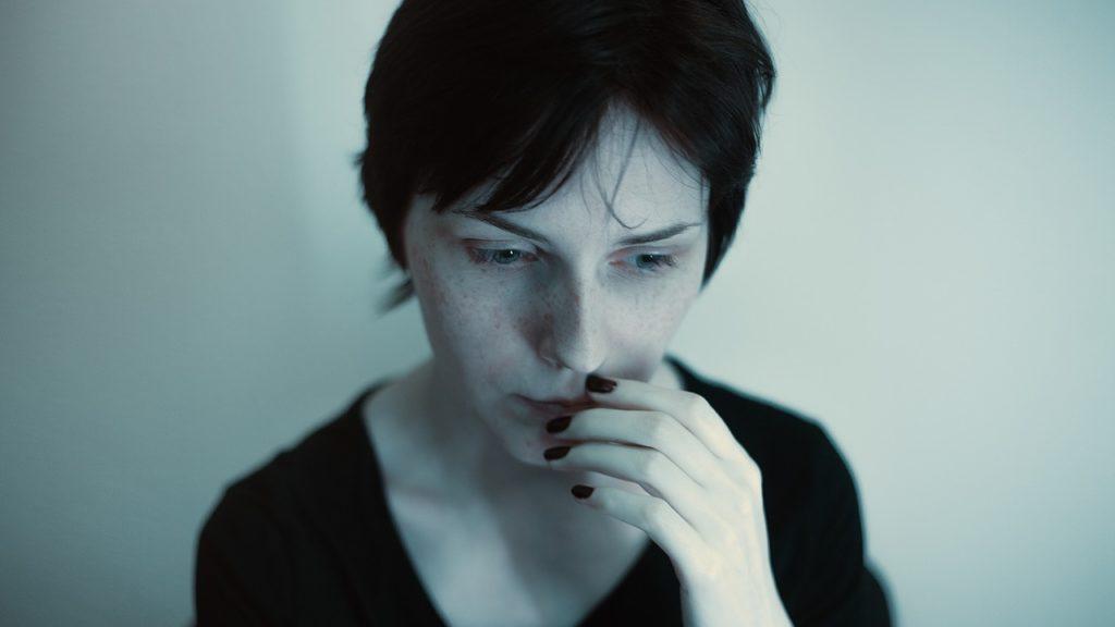 不安で悩んでいる女性