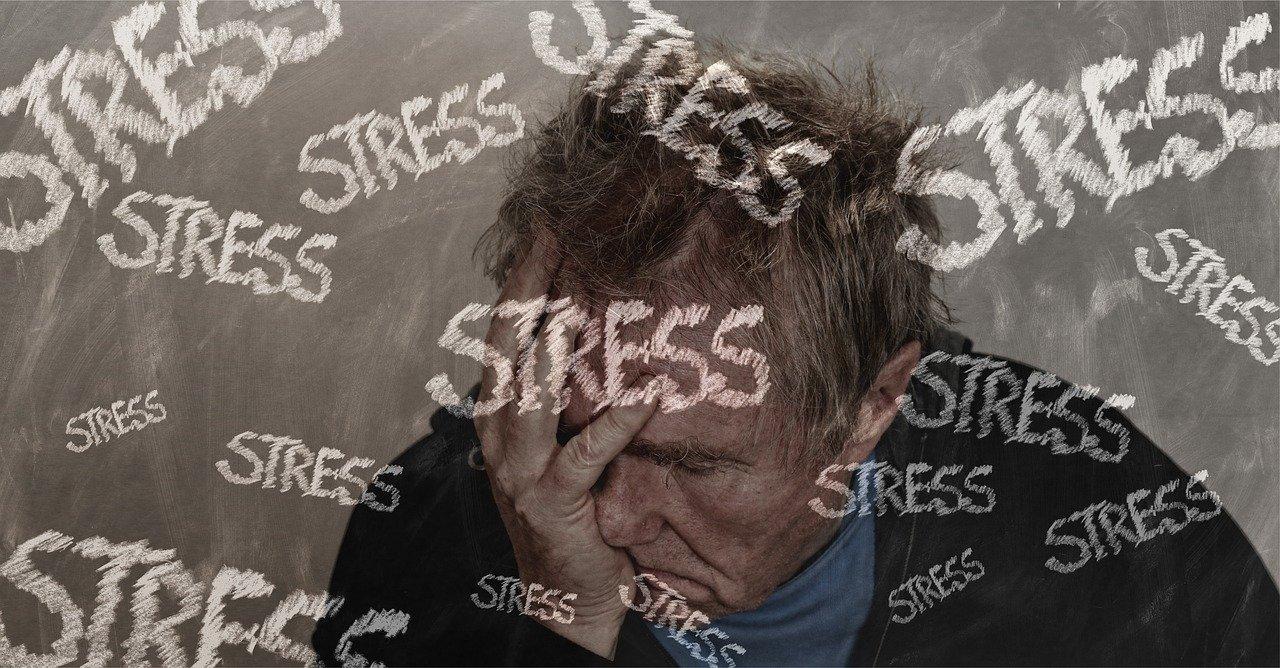 ストレスに苛まれる男性