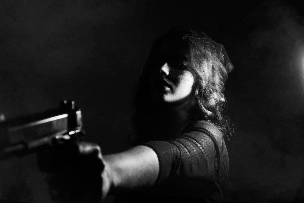 銃で罰を与える女